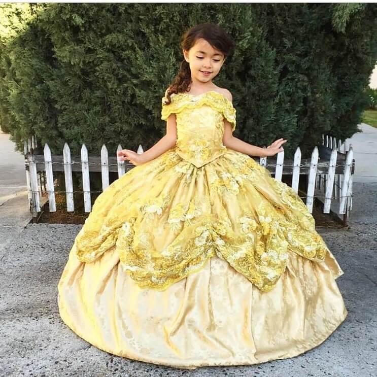 Este papá diseñador crea los más fabulosos vestidos para sus hijas 030