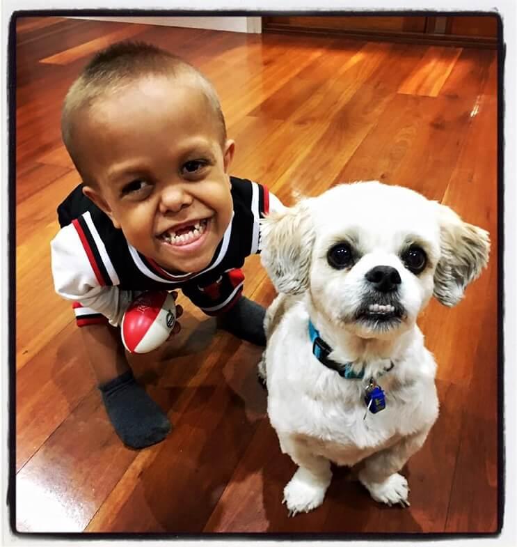 Este perro ayuda a este niño con enanismo a enfrentarse a quienes se burlan de él 04