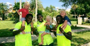Estos trillizos de 2 años se han hecho mejores amigos de los recogedores de basura de su localidad