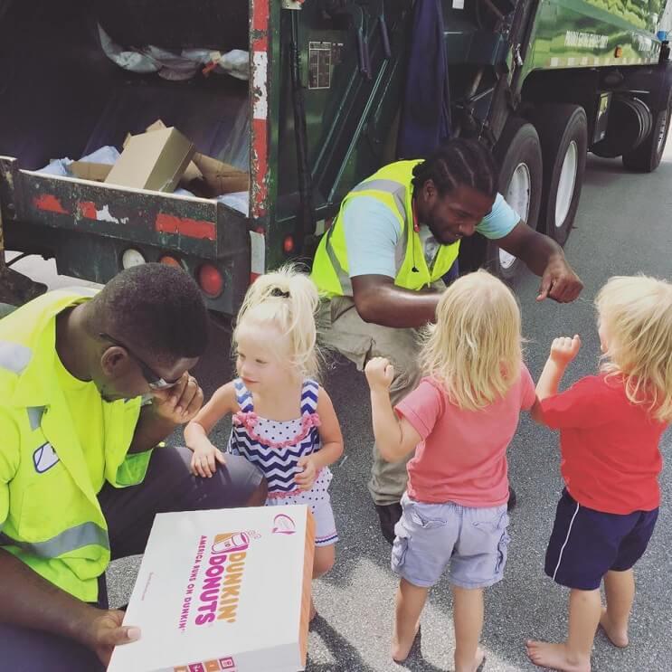 Estos trillizos de 2 años se han hecho mejores amigos de los recogedores de basura de su localidad 04