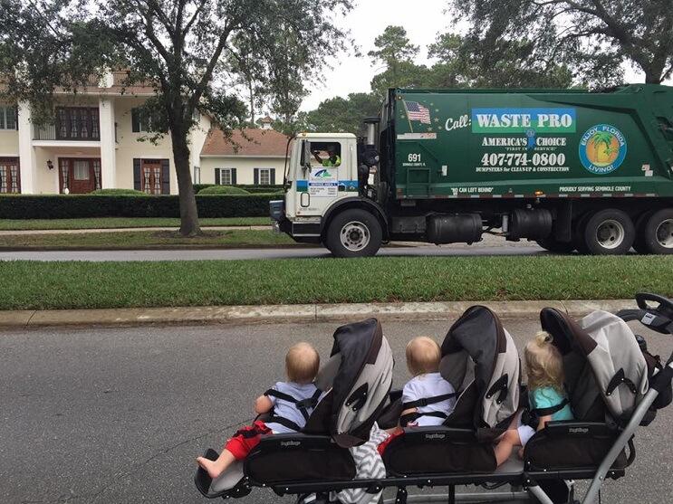 Estos trillizos de 2 años se han hecho mejores amigos de los recogedores de basura de su localidad 05