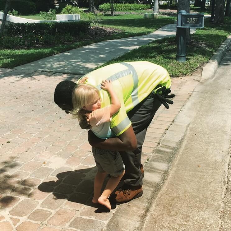 Estos trillizos de 2 años se han hecho mejores amigos de los recogedores de basura de su localidad 07