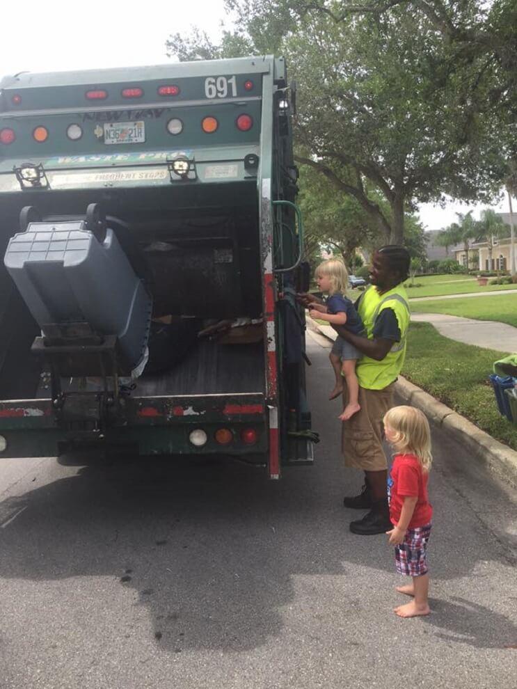 Estos trillizos de 2 años se han hecho mejores amigos de los recogedores de basura de su localidad 08