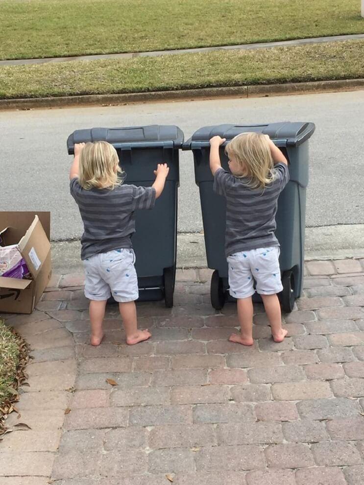 Estos trillizos de 2 años se han hecho mejores amigos de los recogedores de basura de su localidad 10