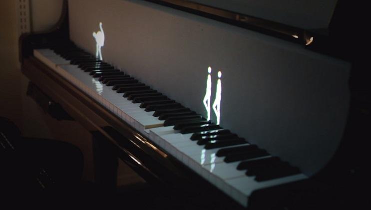 Hologramas de figuras humanas y de animales enseñan a tocar el piano 1