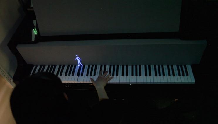 Hologramas de figuras humanas y de animales enseñan a tocar el piano 2
