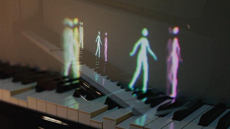 Hologramas de figuras humanas y de animales enseñan a tocar el piano 3