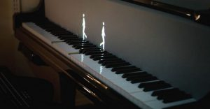 Hologramas de figuras humanas y de animales enseñan a tocar el piano