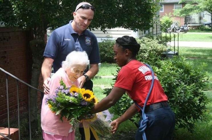La gran sorpresa por el cumpleaños número 100 que recibió esta anciana es realmente conmovedora  03