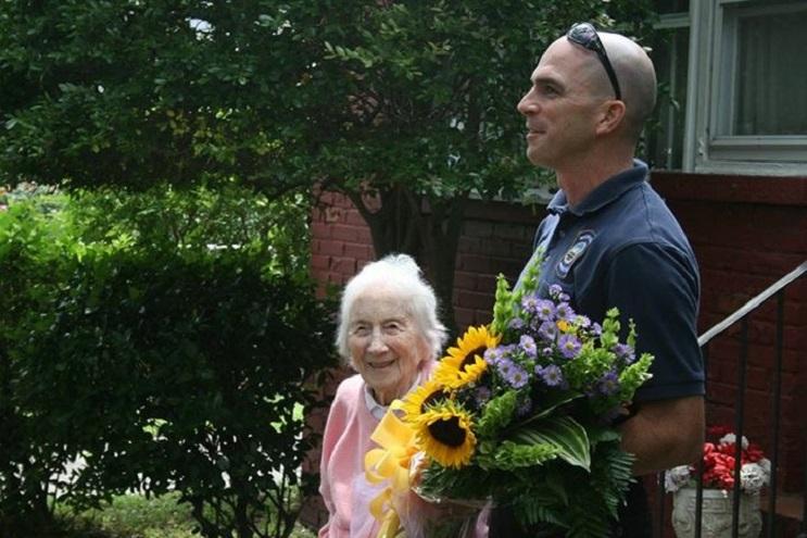 La gran sorpresa por el cumpleaños número 100 que recibió esta anciana es realmente conmovedora  05