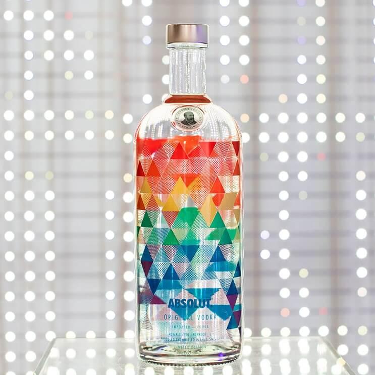 La nueva botella de Absolut inspirada en los colores de la bandera LGBTI 02