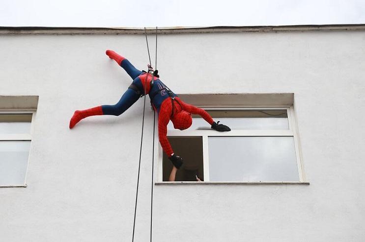 La policía de Albania sorprendió a niños de un hospital disfrazándose de superhéroes 01 final