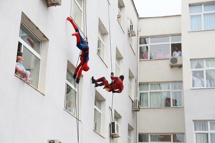 La policía de Albania sorprendió a niños de un hospital disfrazándose de superhéroes 02 final