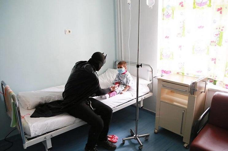 La policía de Albania sorprendió a niños de un hospital disfrazándose de superhéroes 04