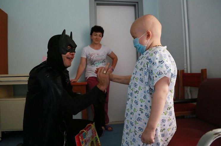 La policía de Albania sorprendió a niños de un hospital disfrazándose de superhéroes 05