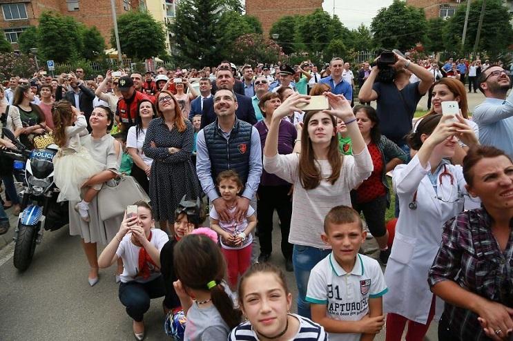 La policía de Albania sorprendió a niños de un hospital disfrazándose de superhéroes 06