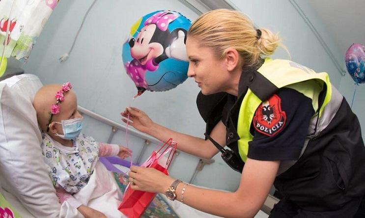 La policía de Albania sorprendió a niños de un hospital disfrazándose de superhéroes 07