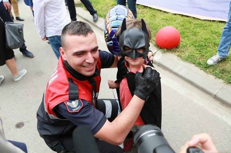La policía de Albania sorprendió a niños de un hospital disfrazándose de superhéroes 08