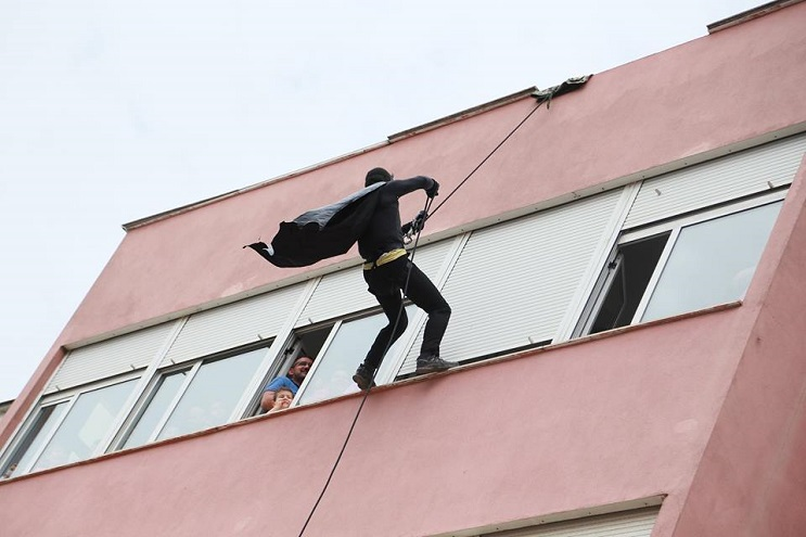 La policía de Albania sorprendió a niños de un hospital disfrazándose de superhéroes 20