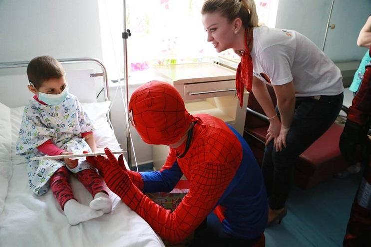 La policía de Albania sorprendió a niños de un hospital disfrazándose de superhéroes 21