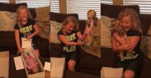 Niña sin una pierna recibe una muñeca que lleva una prótesis. Su reacción los emocionará