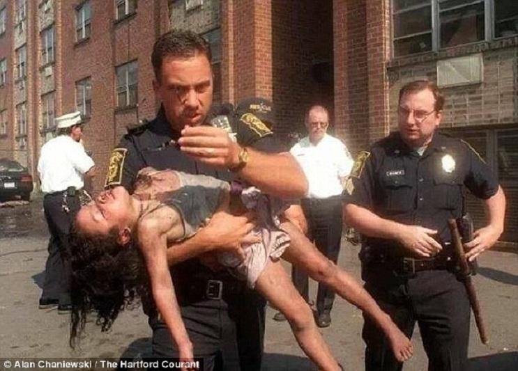 Policía salvó la vida de una niña de 5 años y 18 años después asistió su graduación 2