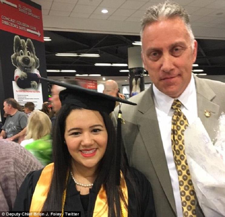 Policía salvó la vida de una niña de 5 años y 18 años después asistió su graduación 3