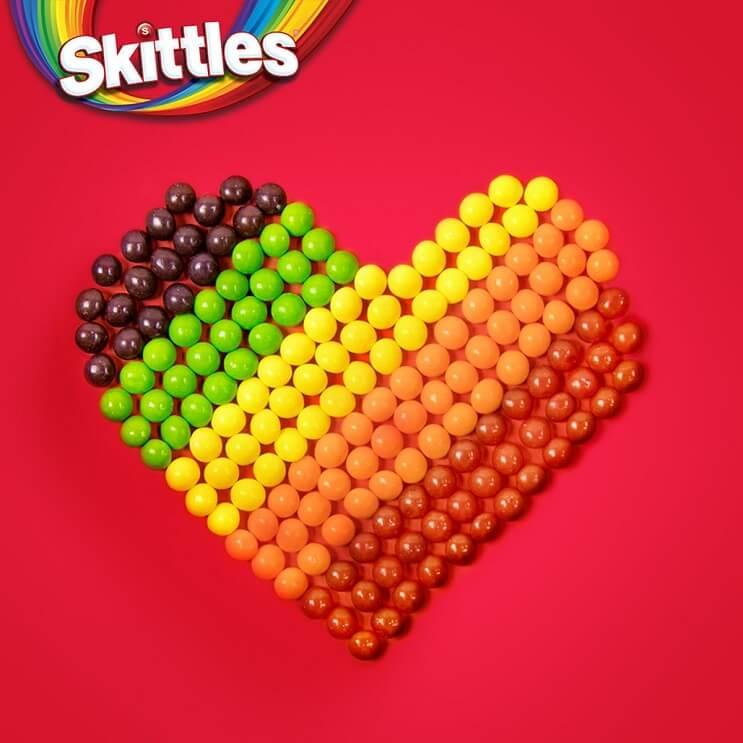 Skittles regala su arcoíris por las celebraciones del Día Internacional del Orgullo Gay 01