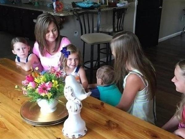 Su mejor amiga falleció y ella decidió adoptar a sus seis hijos 01