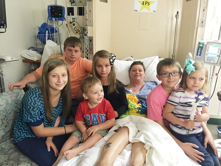 Su mejor amiga falleció y ella decidió adoptar a sus seis hijos 03