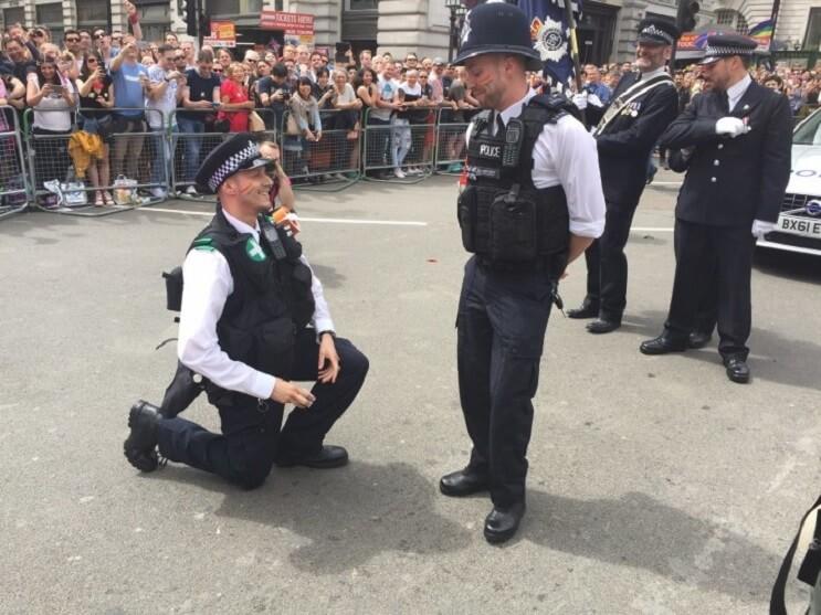 Un policía hace una propuesta muy especial que nos muestra de que se trata realmente el amor 01