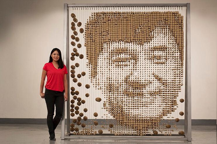 Un retrato de Jackie Chan hecho con palitos chinos 09