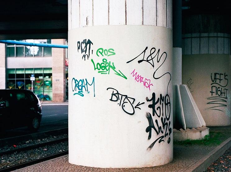 Artista callejero transforma graffiti en hermosas frases 11