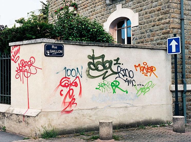 Artista callejero transforma graffiti en hermosas frases