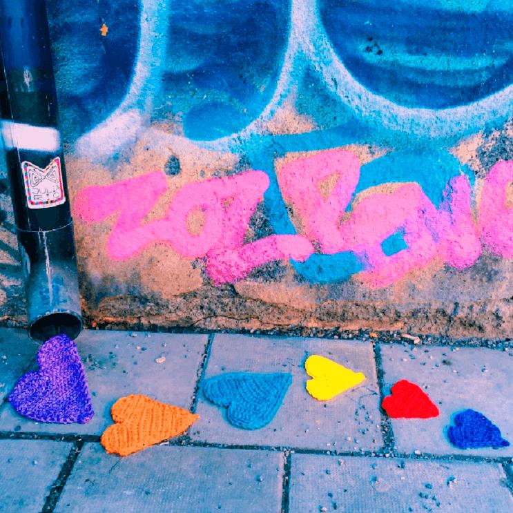 Coloridos tejidos a crochet invaden las calles de Estocolmo 4