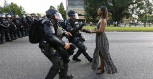 Conoce la verdadera historia detrás de la fotografía viral de la mujer frente una fila de policías
