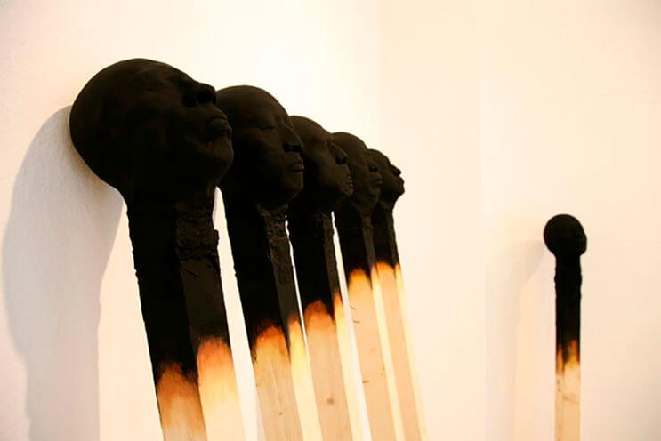 Creatividad absoluta Palillos de fósforo a gran escala con rostros humanos 7