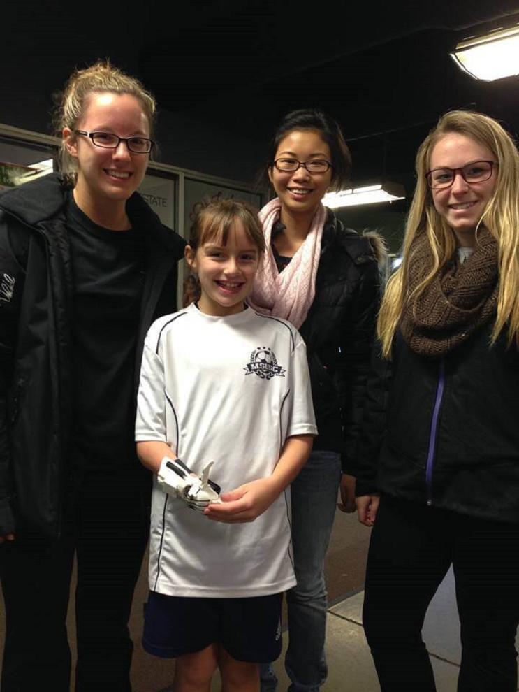 Cumplieron el sueño de esta niña al diseñarle una prótesis de su película favorita de Disney  09