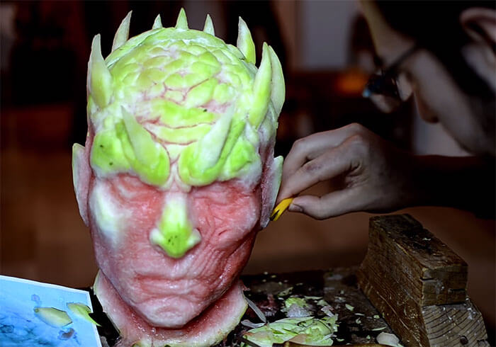 Esta artista ha recreado a un personaje de Game of Thrones tallando una sandía 02
