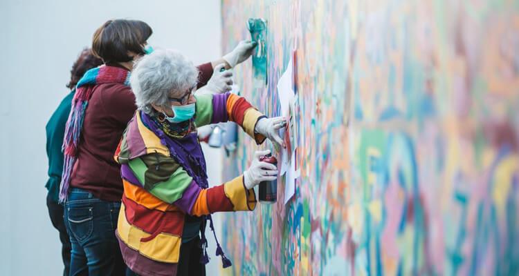 Estas adorables abuelas han encontrado en el graffiti su pasión 01