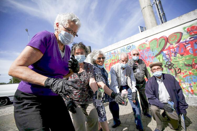 Estas adorables abuelas han encontrado en el graffiti su pasión 02