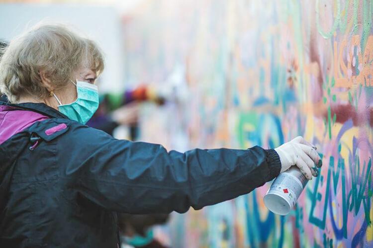 Estas adorables abuelas han encontrado en el graffiti su pasión 06