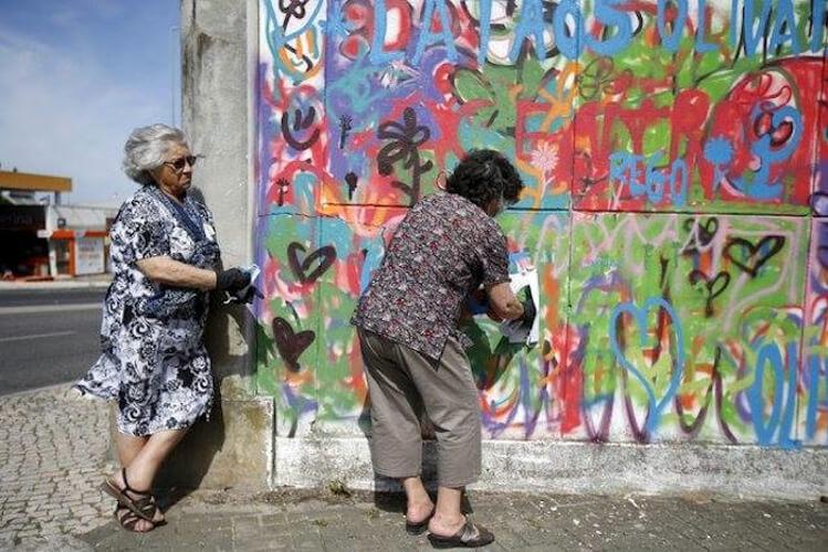 Estas adorables abuelas han encontrado en el graffiti su pasión 08