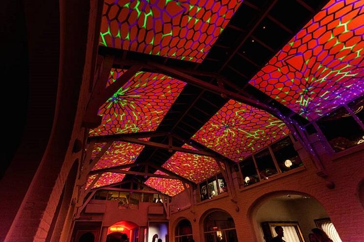 Este artista recreó la impresionante visión de un caleidoscopio en el techo de un salón  04