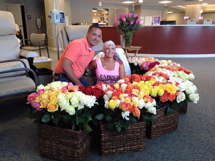 Este esposo sorprendió a su valiente esposa con 500 rosas en su última sesión de quimioterapia