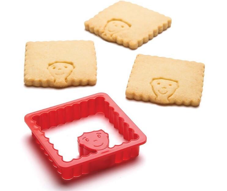 Este molde de galletas permite que uno practique sus habilidades de barbero con los dientes 02