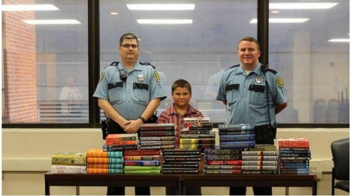Este niño gastó todo el dinero de sus propinas en libros, pero no para él 01