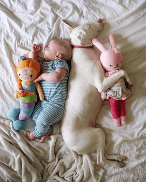 La ternura de este bebé con su perrita les robará el corazón 04