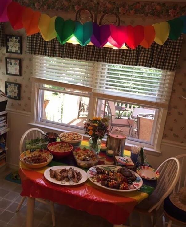 """Los padres de esta niña hicieron una fiesta """"color arcoíris"""" para celebrar que su hija se declaró gay 02"""