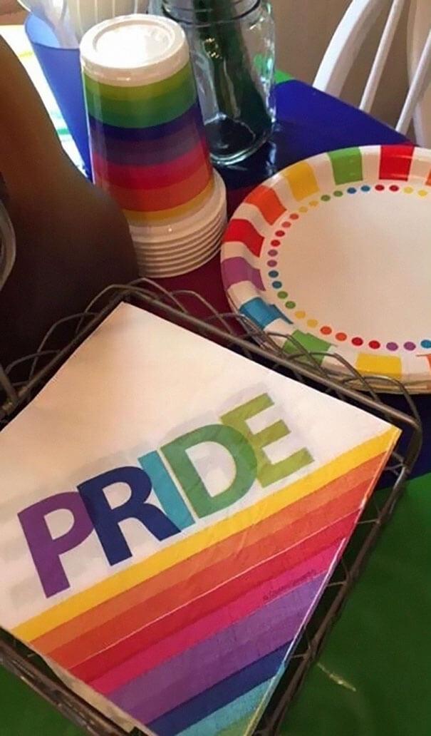 """Los padres de esta niña hicieron una fiesta """"color arcoíris"""" para celebrar que su hija se declaró gay 03"""